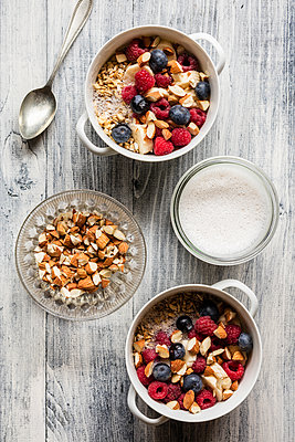 Cereals with almond milk, nuts and berries, vegan - p300m2083231 by Eva Gruendemann