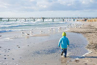 Germany, Mecklenburg Western Pomerania, Boy running on Baltic Sea - p300m752515f by Jana Mänz