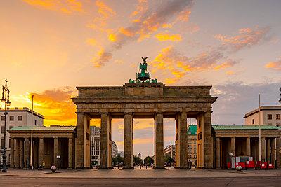 Brandenburg Gate at sunrise in Berlin, Germany - p871m2077750 by Kav Dadfar