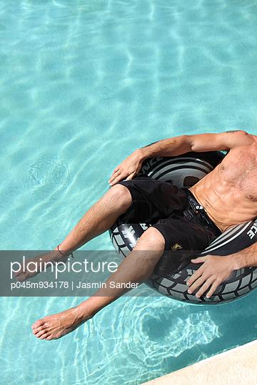 Relaxen im Schwimmreif - p045m934178 von Jasmin Sander