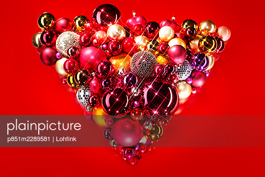 Christmas tree balls against red background - p851m2289581 by Lohfink