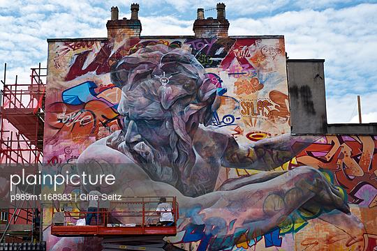 Straßenkunst - p989m1168983 von Gine Seitz