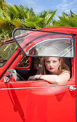 Im roten Citroen sitzen - p045m1590188 von Jasmin Sander