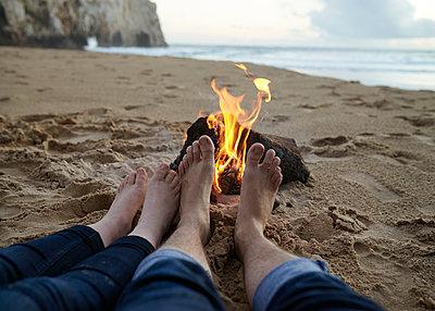 Füße wärmen am Lagerfeuer - p1124m1112614 von Willing-Holtz