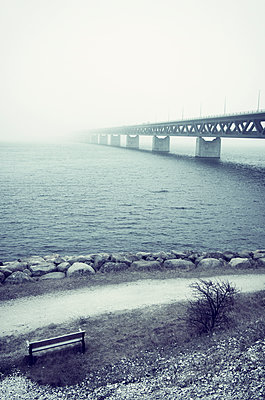 Bank mit Blick auf Brücke - p1443m1539241 von SIMON SPITZNAGEL