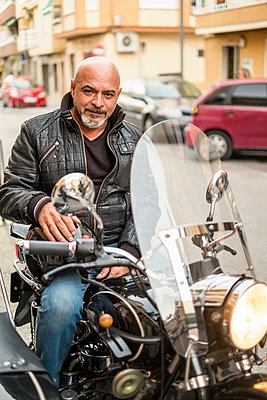Portrait of cool biker on his sidecar motorcycle - p300m1191990 by Jaen Stock