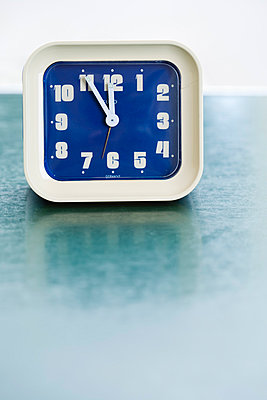 Alarm clock on table, close up - p300m980054 by Julian Rupp