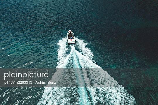 Im Motorboot unterwegs, Luftaufnahme - p1437m2283313 von Achim Bunz
