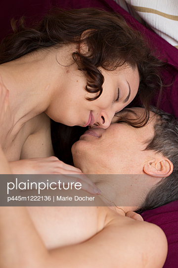 Lesbian couple - p445m1222136 by Marie Docher