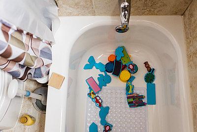 Bath toys in empty tub - p1166m2131108 by Cavan Images