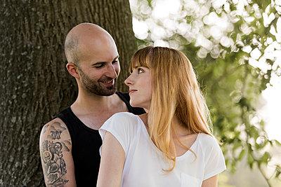 Verliebtes Paar - p220m1183300 von Kai Jabs