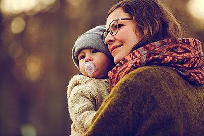 Herbstspaziergang, Mutter mit Kind - p904m1193442 von Stefanie Päffgen