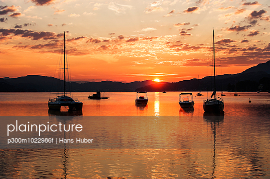 Austria, Carinthia, Velden, sunrise at Lake Woerthersee - p300m1022986f by Hans Huber