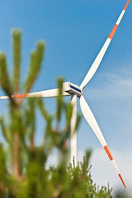 Windkraftanlage vor blauem Himmel - p1079m1042142 von Ulrich Mertens