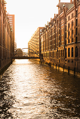 Hamburg Speicherstadt in der Abendsonne - p299m1225777 von Silke Heyer