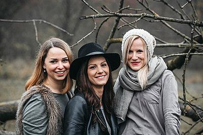 Portrait of three friends in autumnal nature - p300m2069926 von Epiximages