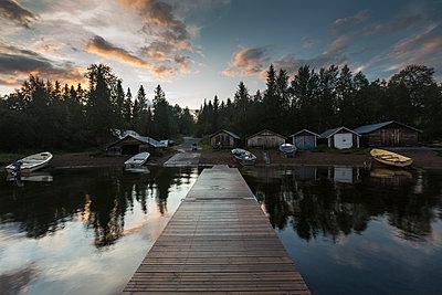 Pier on lake in Jamtland, Sweden - p352m1536560 by Calle Artmark