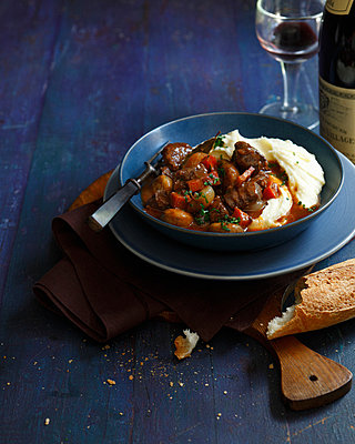 Bowl of beef daube with mashed potatoes - p429m839040 by BRETT STEVENS