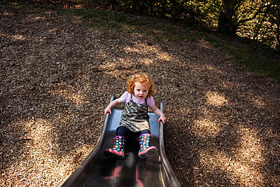 sliding backwards - p586m879785 by Kniel Synnatzschke