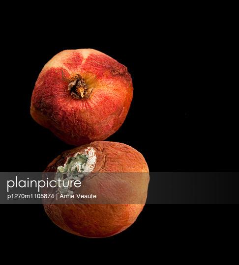 Zwei angefaulte Pfirsiche - p1270m1105874 von Anne Veaute