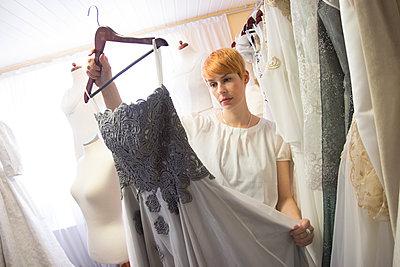Frau mit Kleid - p145m2089986 von Werner Kaiser