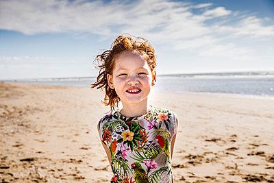 Netherlands, Zandvoort, portrait of redheaded girl on the beach - p300m2070240 by Jo Kirchherr