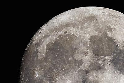 Full moon in the dark sky - p307m1221531 by Score. by Aflo