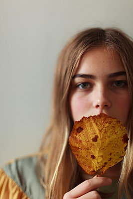Portrait of teenage girl with leaf - p312m1533643 by Christina Strehlow