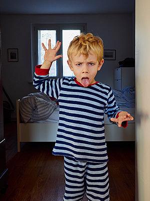 Junge streckt die Zunge raus - p358m1217519 von Frank Muckenheim