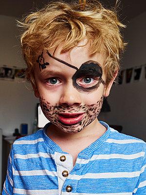 Kleiner Junge als Pirat - p358m2073186 von Frank Muckenheim