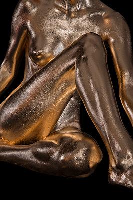 Frau in Gold - p427m963482 von Ralf Mohr