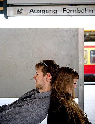 Junges Paar am Bahnhof - p1212m1138870 von harry + lidy