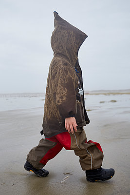 Boy in hooded jacket on the beach - p1511m2223050 by artwall