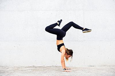 Athlete doing handstand in front of white wall - p300m2060827 von Javier Sánchez Mingorance