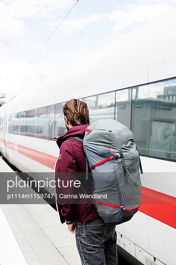 Mann steht am Bahnsteig - p1114m1159747 von Carina Wendland