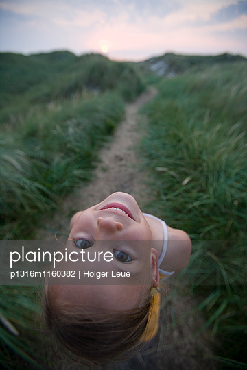 Mädchen in den Dünen blickt zurück, Insel Sylt, Schleswig-Holstein, Deutschland - p1316m1160382 von Holger Leue