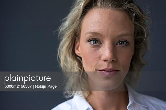 Portrait of confident young businesswoman - p300m2156537 by Robijn Page