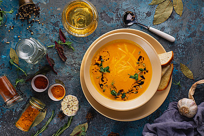 Bowl of soup with white wine - p1427m2123653 by Aleksandr Kuzmin