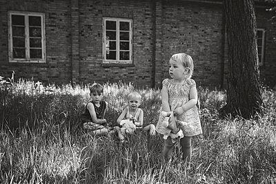 Geschwister mit Handpuppen - p1602m2176305 von Frisch Fotografie