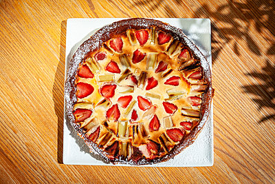 Fresh strawberry cake - p1685m2272489 by Joy Kröger