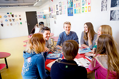 Teenagers talking in classroom - p312m1407431 by Lena Granefelt