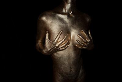 Frau in Gold - p427m963534 von R. Mohr