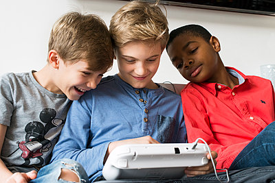 Computerspielende Jungs - p608m1122835 von Jens Nieth