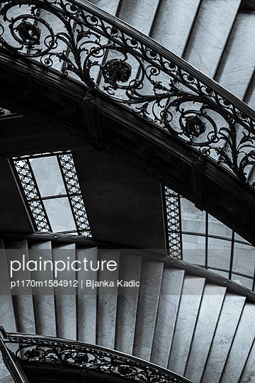 Verziertes Treppengeländer und Treppe - p1170m1584912 von Bjanka Kadic