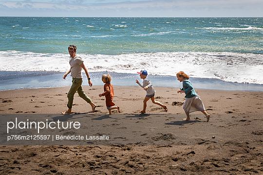 On the beach - p756m2125597 by Bénédicte Lassalle