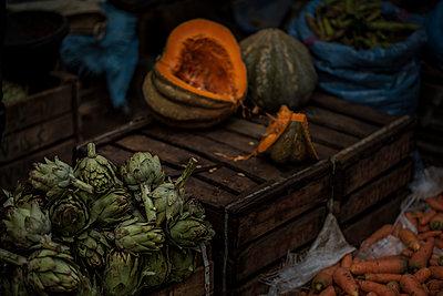 Kürbisse und Artischocken auf dem Markt - p1007m2092419 von Tilby Vattard