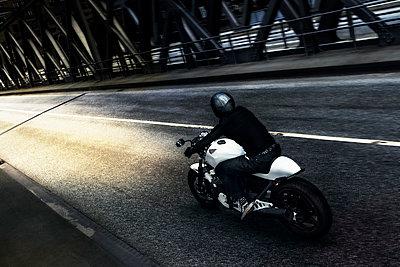 Motorradfahrer unterwegs - p1076m1050148 von TOBSN