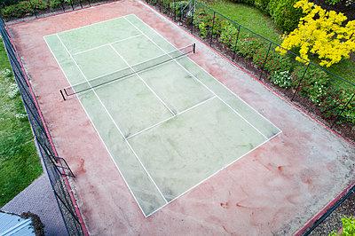 Empty tennis court - p1427m1553658 by WalkerPod Images