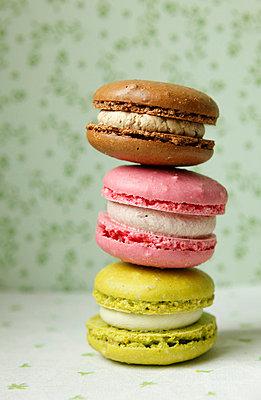 Drei bunte Macarons - p249m739863 von Ute Mans