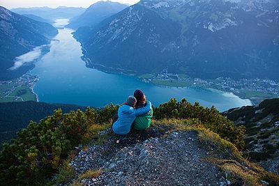 Austria, Tyrol, two hikers enjoying the view on Achensee - p300m2070063 by Anita Fuchs